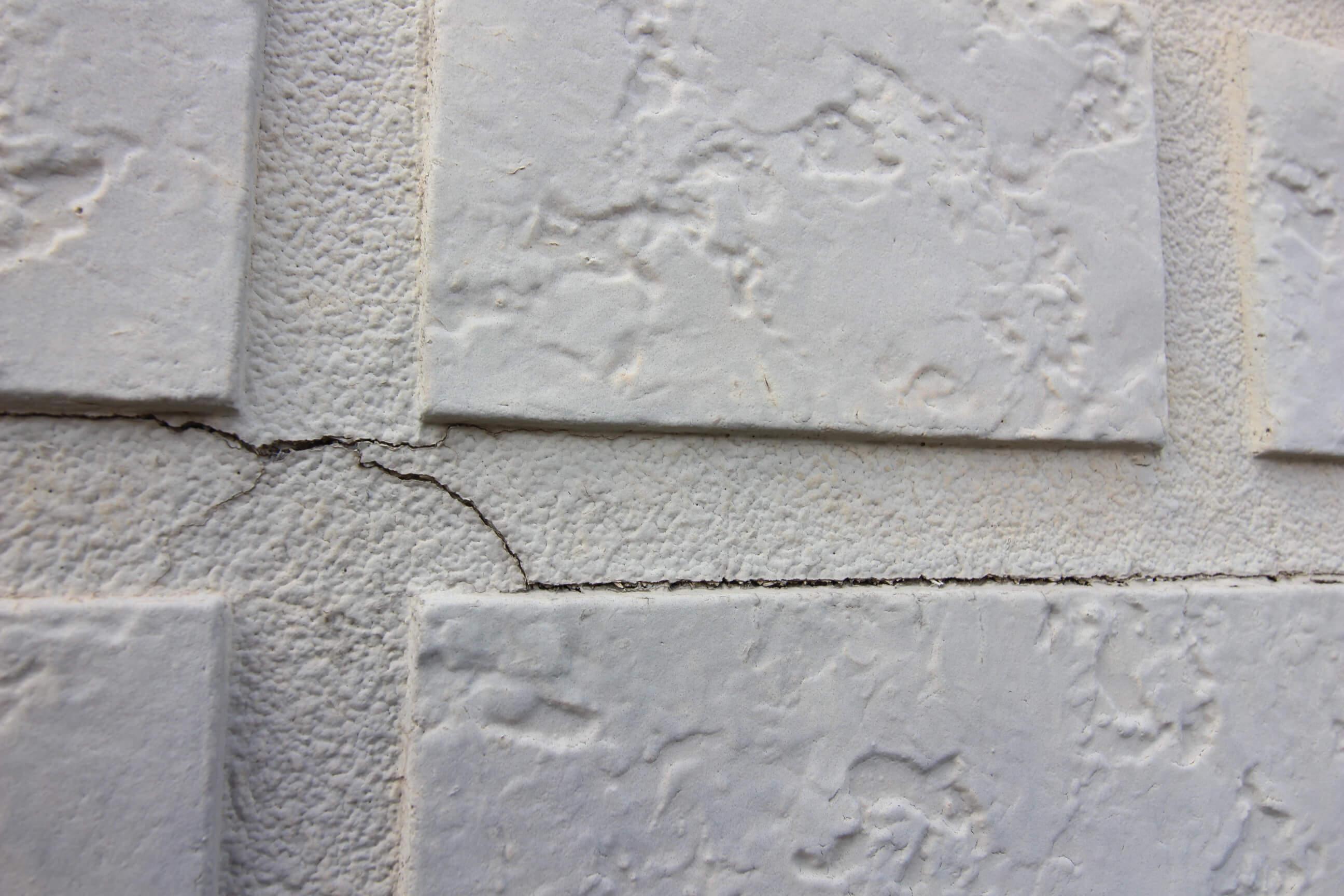 外壁張り替えのひび割れ・破損画像
