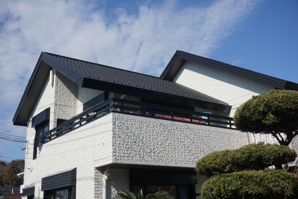屋根塗装 黒い屋根の家