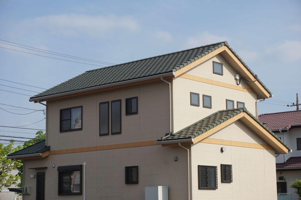 屋根塗装 緑の屋根の家