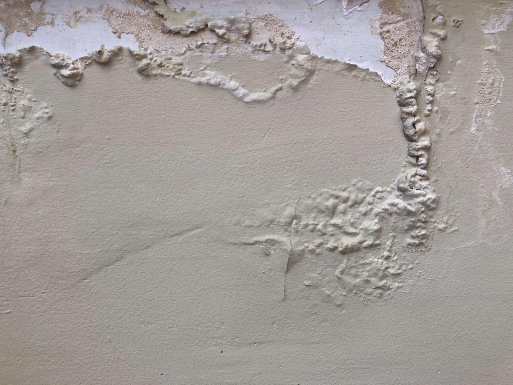 外壁の剥がれの原因(経年劣化)