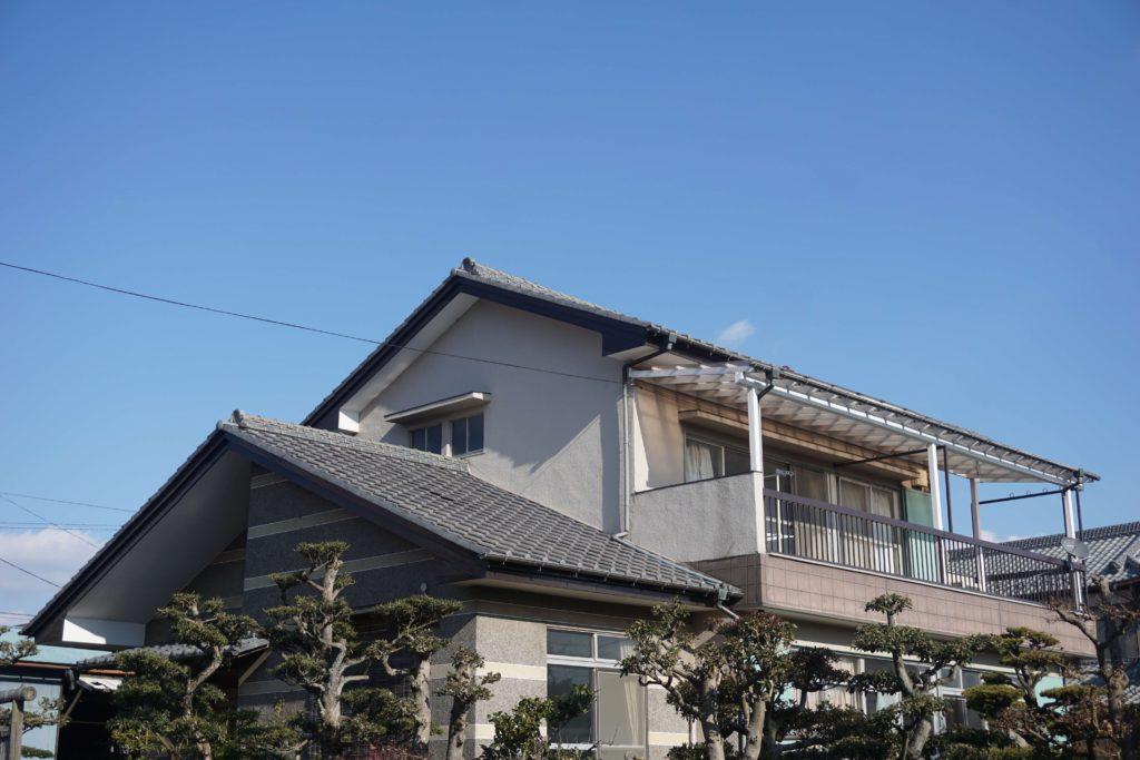屋根塗装 グレーの屋根の家