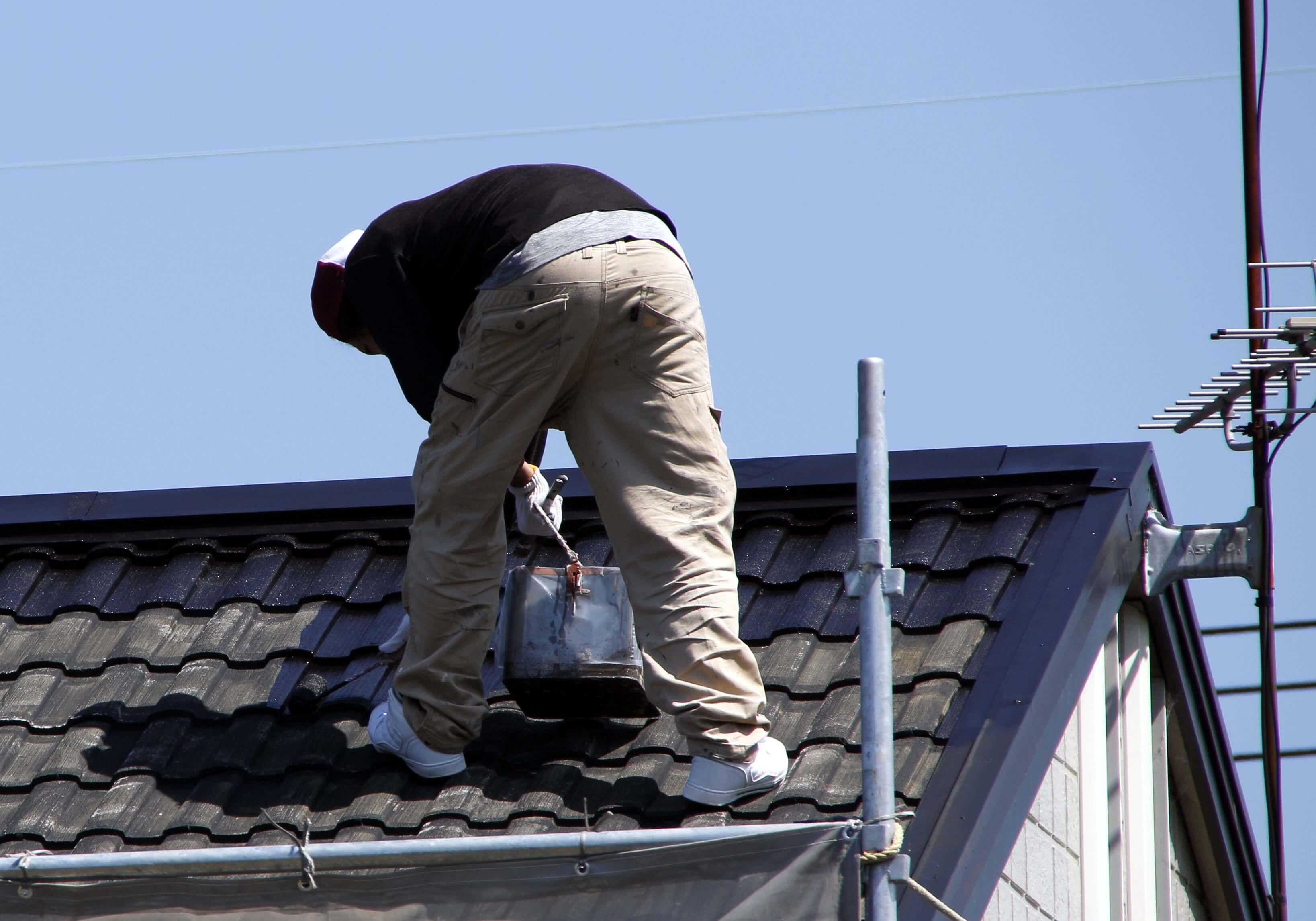 屋根塗装 屋根で作業する業者