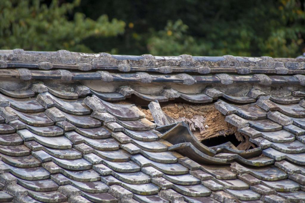 屋根塗装 穴が開いた屋根