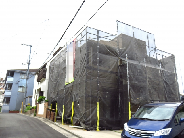 外壁と屋根の塗装 工事中の家