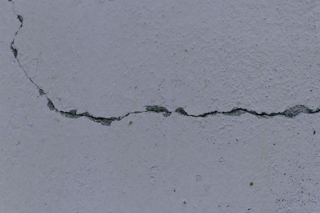 モルタル 壁に入ったヒビ