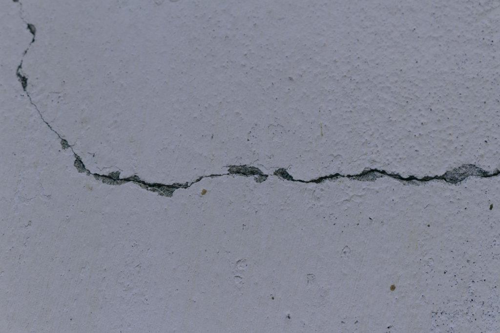 外壁塗装を塗り替えるタイミング(ひび割れ)