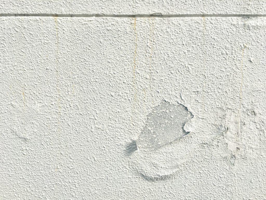 外壁補修が必要な塗膜が膨れた外壁