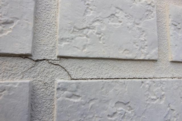 外壁補修が必要なひび割れた外壁