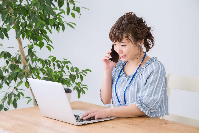 女性 電話 ノートパソコン