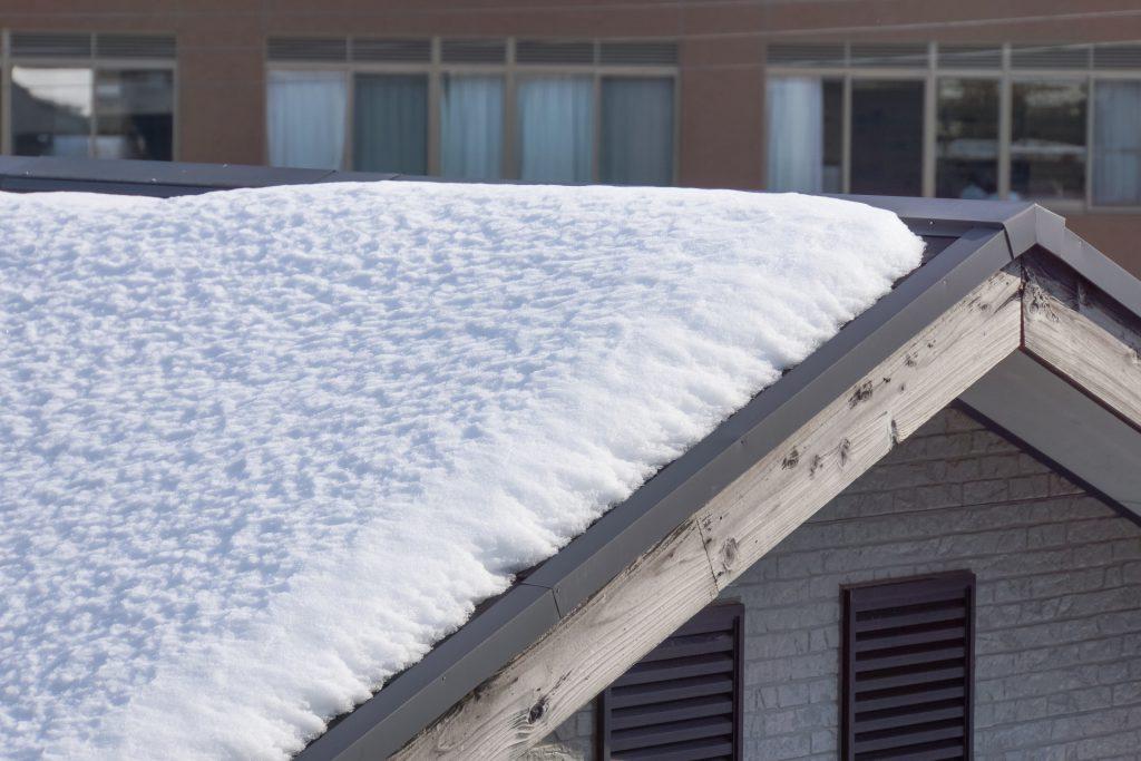雪の積もった屋根