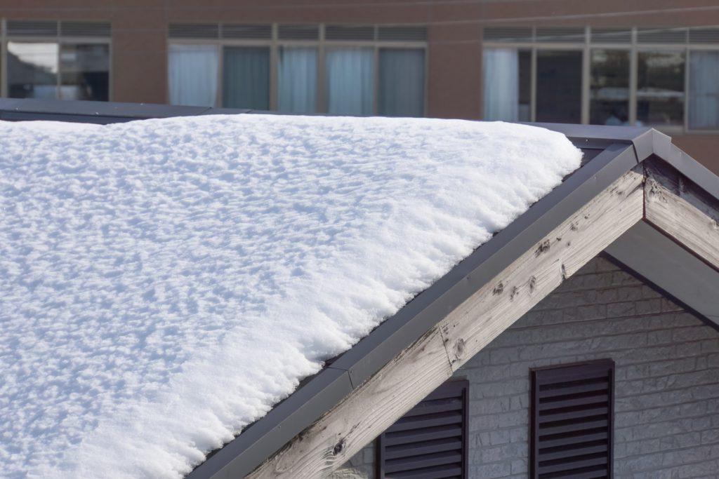 屋根塗装 雪の積もった屋根