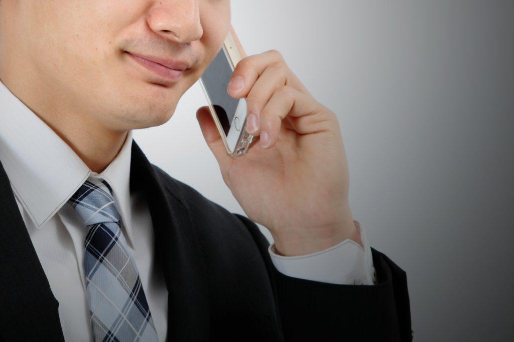 スーツ 男性 電話