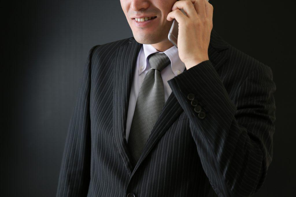 電話 黒いスーツ 男性