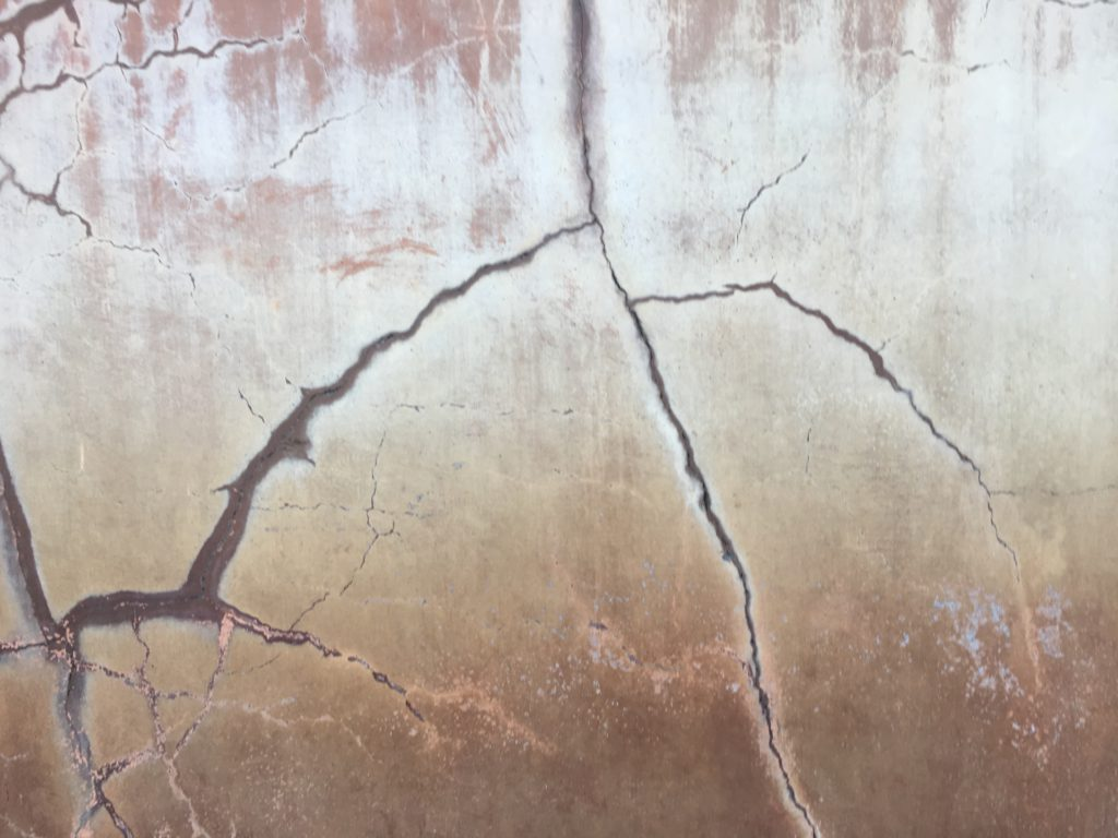 ひび割れた壁