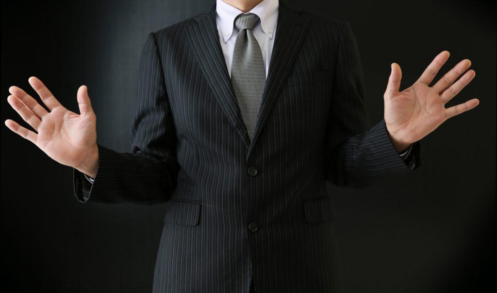 黒いスーツの男性