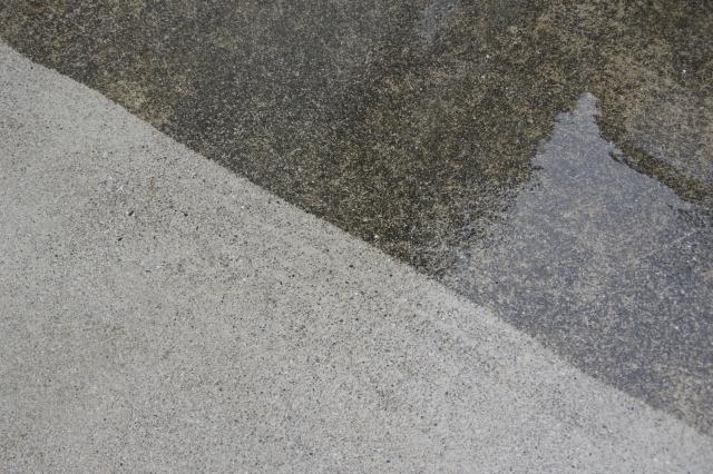 水で湿らせたコンクリート
